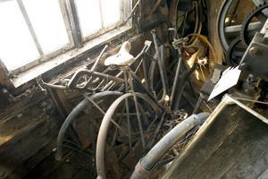 Cyklar står kvar, en del med träskenor.