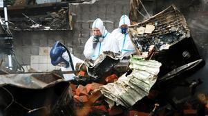 Polisens tekniker finkammade brandresterna för att hitta kropparna efter de tre personer som dog och för att hitta en brandorsak.