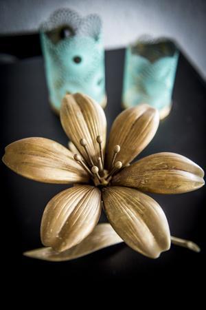 Ett blomformat askfat är ett av Mattias många loppisfynd.
