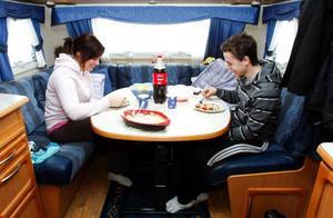 """Elin Lundberg och hennes sambo Pär Bondeson, Sollefteå, lånade i helgen husvagnen som Elins föräldrar har på Jormvattnets Fiskecamp. De är mest ute efter skoteråkningen, medan föräldrarna när de är uppe mestadels lägger tiden på fiske. """"Bekvämligheten i husvagnen är bra och man behöver inte allt här inne heller, duschar och kök har de här på campingen"""", säger Pär Bondeson."""