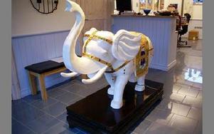 Loxodonta betyder elefant på latin. Lars-Erik Larsson har tidigare jobbat som elefantskötare, och i lokalerna är det elefanter lite överallt.FOTO: ANDERS BJÖRKLUND