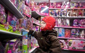 """""""En sån här vill jag ha"""", säger Emma-Louise Jägerhem och spanar in en förpackning med små Barbie-dockor som ser ut som sjöjunfrur."""