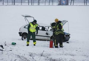 En bil slog runt och landade på åkern intill riks-80. Fordonet var rejält tillbucklat men föraren och  passageraren verkar ha klarats sig undan olyckan utan att dra på sig allvarliga skador.Vitt, vitt, vitt. Snön yrde och då kunde ett paraply komma väl till hands som skydd.