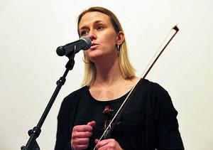 Karin Tenggren sjöng och spelade på minneskvällen i Hole.