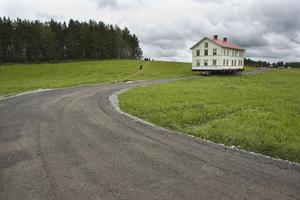För att flytta huset var de tvungna att bygga en helt ny grusväg.