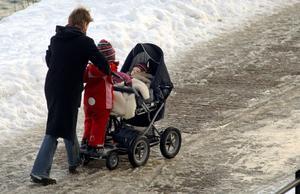 Tungt före. Ensamstående småbarnsföräldrar liksom många pensionärer halkar efter och riskerar sänkt köpkraft mitt i högkonjunkturen. Foto:HasseHolmberg