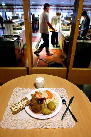I går bjöds eleverna på Jämtlands gymnasium på hovmästarbiff, grönpepparsås och kokt potatis, samt quorngulasch med bönor och kokt potatis som vegetariskt alternativ.