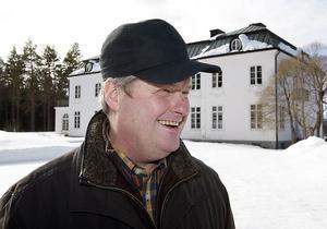 Maths O Sundqvist framför sitt Högfors slott.