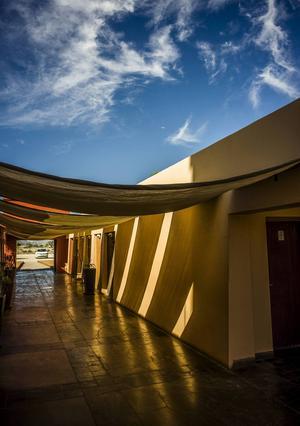 Sossusvlei Lodge är en oas mitt ute i öknen byggd i afrikansk stil med starka färger. Stället är ett perfekt utgångsläge för ett besök till de höga sanddynerna och den döda skogen Dead Vlei. Härifrån kan man göra vandringar över savannen med guide och sova ute under den afrikanska himlen i bekväma tält.   Foto: Jörgen Ulvsgärd