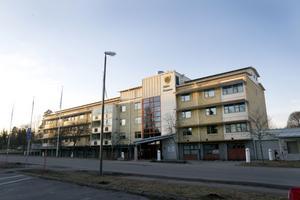 I dag står ett kommunhus på den plats där bostäder jämnades med marken en gång.
