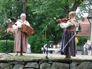 Gerd Iversen på durspel och Beryl Löwgren på fiol underhöll oss.