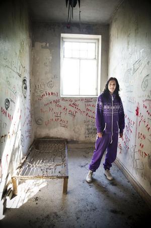 Linda Jägerström visar en av cellerna i källaren som förberetts för filmscener