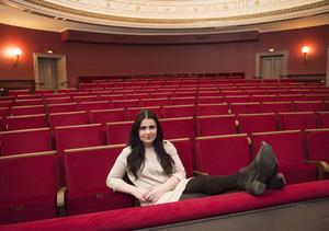 Numera finner hon sig väl tillrätta i teatersalongen.