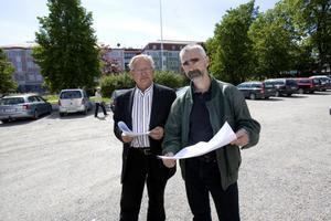 Leif Westerlund och Anders Drejare står på det som kommer att bli uppfarterna till de nya stadsvillorna.