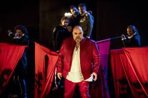 Rigoletto (Fredrik Zetterström) förvandlas från hertigens informationschef som snackar honom ur knipor till en kraftfull hämnare när hans egen dotter dras med i spelet.
