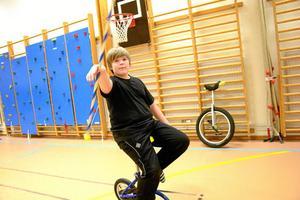 Rullar fram. Deltagaren Filip Lindkvist har lärt sig bemästra konsten att cykla enhjuling och samtidigt svinga en magisk stav.