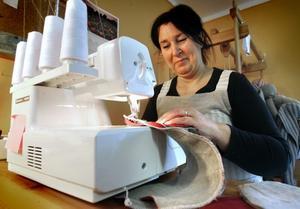 Marianne Eriksson jobbar många övertidstimmar vid sin symaskin varje dag.