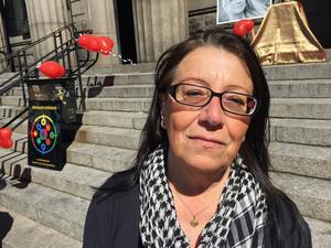 Britt-Inger Rask var mycket kritiskt till att hennes son erbjöds en magnetundersökning i Uppsala, när det fanns tider tillgängliga i Örnsköldvik. (Bilden är tagen år 2017 i samband med en manifestation, på Härnösands torg. för mördade Lotta Rudholm).