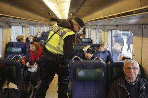 Polispatruller kontrollerar ID vid station Hyllie, första tågstationen på den svenska sidan efter Öresundsbron.