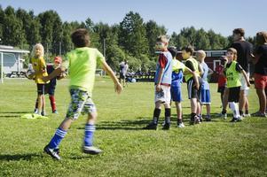 19 pojkar är med i fotbollsskolan i år. Det är gratis och alla barn från Brynäs och Bomhus är välkomna.