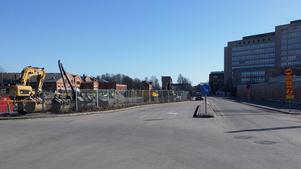 Bilden är tagen från den plats där det ska byggas en ny rondell. Gatan till höger flyttas ett fyrtiotal meter åt vänster.