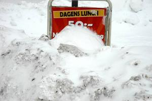 DRIVOR. Plogbilarna körde konstant, men ändå hann vägarna snöa igen och bli ofarbara.Skymd sikt. Vad blir det till lunch? De flesta skyltarna syntes knappt.