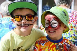 Edvin, 7 och Oskar, 3, Trygg prövade på ansiktsmålning.