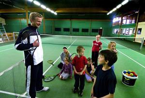 Lär ut. När Frej Hallgren i januari tillträdde som tränare i Borlänge TK fanns det 90 tenniselever i klubben. I dag är antalet uppe i 100 elever. Här ser vi Frej Hallgren samtala med några nyfikna elever ur nybörjargrupperna.