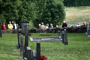 20 inresserade. Drygt 20 personer slöt upp till kyrkogårdsvandringen i Hammar.