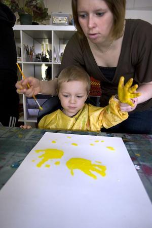William Sandberg får hjälp av mamma Lisa Sandberg att måla med fingerfärg. Veckans pysseltema går i påskens tecken.