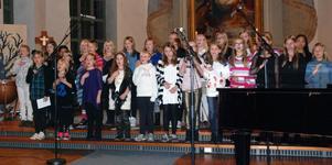 Sångelever i olika konstellationer framförde flera sånger under torsdagens konsert.