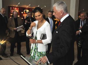 Fler kom då. Kronprinsessan Victoria i Strömsholm tillsammans med slottsfogde Claes-Göran Hedén vid invigningen av utställningen om kronprinsessan. En utställning som lockade många besökare under två år.