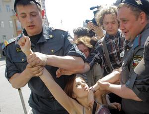 Rysk polis släpar bort en aktivist som försökt genomföra en Prideparad i Moskva.