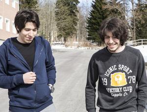 De båda bröderna tar sig igenom vardagen med humor. Det gjorde de i Damaskus och det gör de i Sverige.