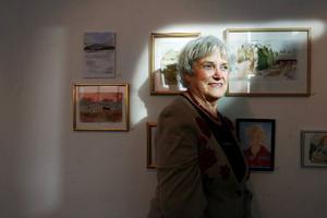 """Maj-Britt Andersson har gått många målarkurser, hur många minns hon nästan inte. """"Har man en gång börjat vill man aldrig sluta"""", säger hon. Foto: Henrik Flygare"""