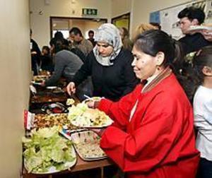 Foto: GUN WIGH Österfest. Diana Quientero och Jessy Rosales försåg sig med mat från den mycket internationella buffén. På lördagen var det gårdsfest på Öster i Gävle. En fest som arrangörerna hoppas ska bidra till minskad segregation.