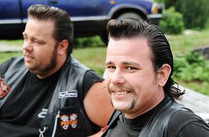 Bröderna Ulf och Kjell Helmer från Haraker, har Azymol i håret för att få den rätta frisyren. Det är en plåttub med kräm i. Som brylkräm fast bättre. Alla borde använda det, säger Ulf Helmer.