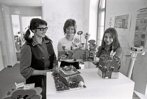 1971. Ett tivoli vore fint, tyckte ungdomarna: Pia Rönnberg, i mitten, och Ewa Björkström, längst till höger. Läraren Kristina Blomé Andersson, till vänster.Arkivfoto: Håkan Ekebacke