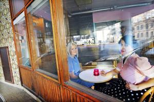 """""""Vi har letat länge efter passande lokaler och när det här dök upp slog vi till"""", säger Sara Hedström som i dag öppnar kaféet Dagnys hörna tillsammans med sin syster Caroline Lindqvist i Sparvens tidigare lokaler på Nygatan. Caroline har gått Hotell- och restaurangprogrammet och tidigare jobbat på Nybo Café i Valbo. Sara har pluggat kriminologi."""