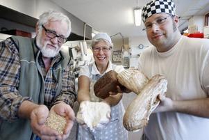Fadern, modern, sonen, kvarnen, kornet, mjölet, brödet.Ett enkelt recept som visat sig falla väldigt väl ut. Familjeföretaget Berglunds bageri gör allt själva från grunden och har nått kundernas aktning.