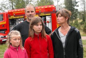 Vittnen till olyckan. Familjen Belaieff-Eriksson har sommarhus i närheten av nedslagsplatsen och de larmade ambulansen efter att döttrarna hört en krasch och sett en flygplansdel falla till marken. Foto:Lovisa Svenn
