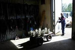 Foto: LEIF JÄDERBERG Eftertraktade. Endast i Skutskär repareras linklämmor till skidliftar. Här drar Ingemar Andersson ut ett lass med 125 färdigreparerade som ska tillbaka till Romme Alpin.