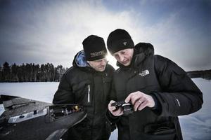 Petter Linde och Alain Qvackelbeen kollar av den senaste flygningens bilder.