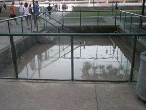 Vattenfyllt. Här går en trappa ned till ett bilgarage, det är dock fyllt med vatten.