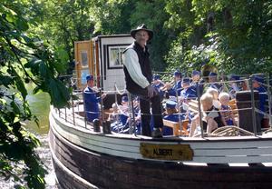 På Trångforsdagen 2001 kunde man åka med på pråmen Albert där Kolbäcks musikkår spelade. Nu vill kommunen ge den förfallna pråmen livet tillbaka.
