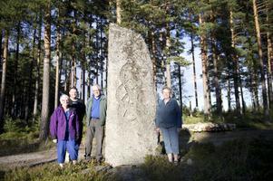 Udd Hans Andersson var pionjären bakom vägen mellan Lamborn och Övertänger. Han har förärats en minnessten vid byn Nyfäbodarna, där han bodde. Byborna Anita och Carl-Anders Olars och Hans-Erik och Margit Andersson går gärna dit.