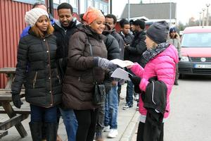 Häromdagen besökte runt ett 40-tal nyanlända och asylsökande flyktingar bandyarenan för att få vara med om en skridskodag.