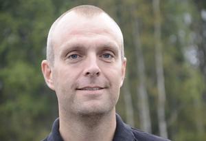 Emil Gustafsson (GL)– Större öppenhet för nya lösningar och arbetsformer så verksamheten anpassas efter faktiska behov. Upprustning och översyn av bostadsbeståndet. Icke tillgängliga eller funktionella bostäder fördröjer vårdbehoven. Självstyrande hemtjänstgrupper, alltså förskjuta ansvaret neråt. Återupprättat omsorgsboende i Grythyttan. Bättre budgetering, styrning och uppföljning.
