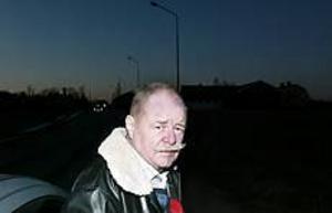 Foto: LASSE HALVARSSON Mörkt. Erik Christoffersson från Lingbo är upprörd över att kommunen sparar pengar genom att släcka gatubelysningen. På kvällarna blir det alldeles kolsvart och folk vågar knappt gå ut, menar han. Själv bröt han benet i en olyckshändelse för en tid sedan och har extra svårt att komma ut när det är mörkt.