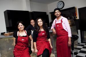 Lucia Fares, i mitten, har öppnat en libanesisk restaurang. Här tillsammans med Marcelle Dib och Ali Abdul, bakom disken står pappa Peter Fares.